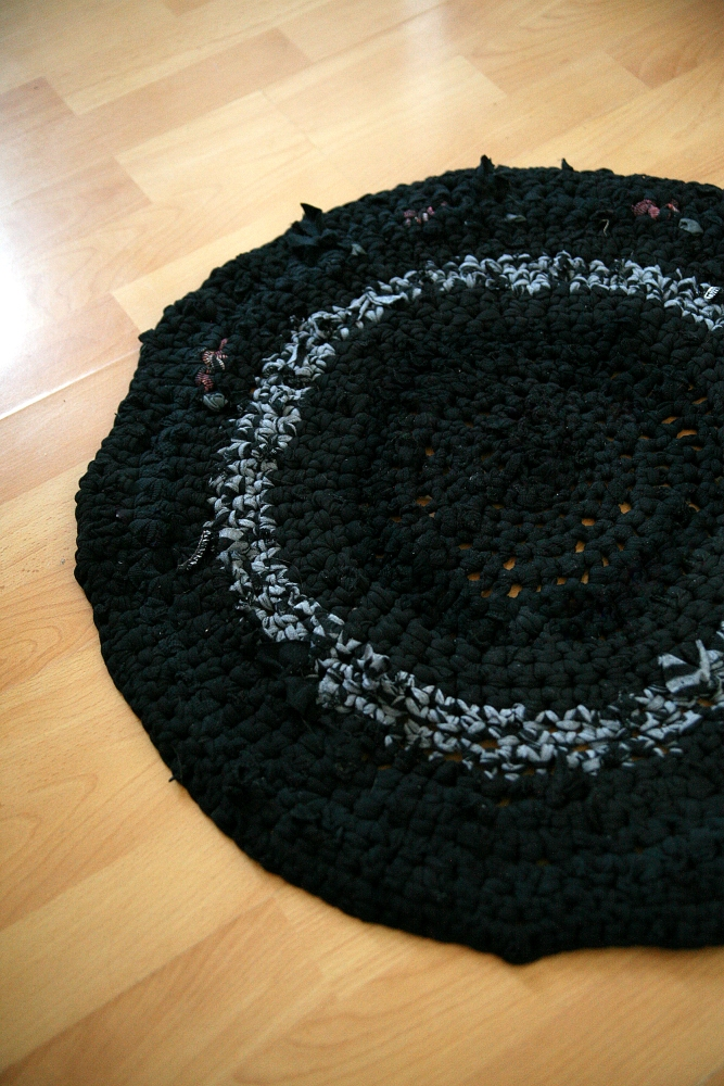 T-Shirt-Yarn Crochet Rug (2/2)