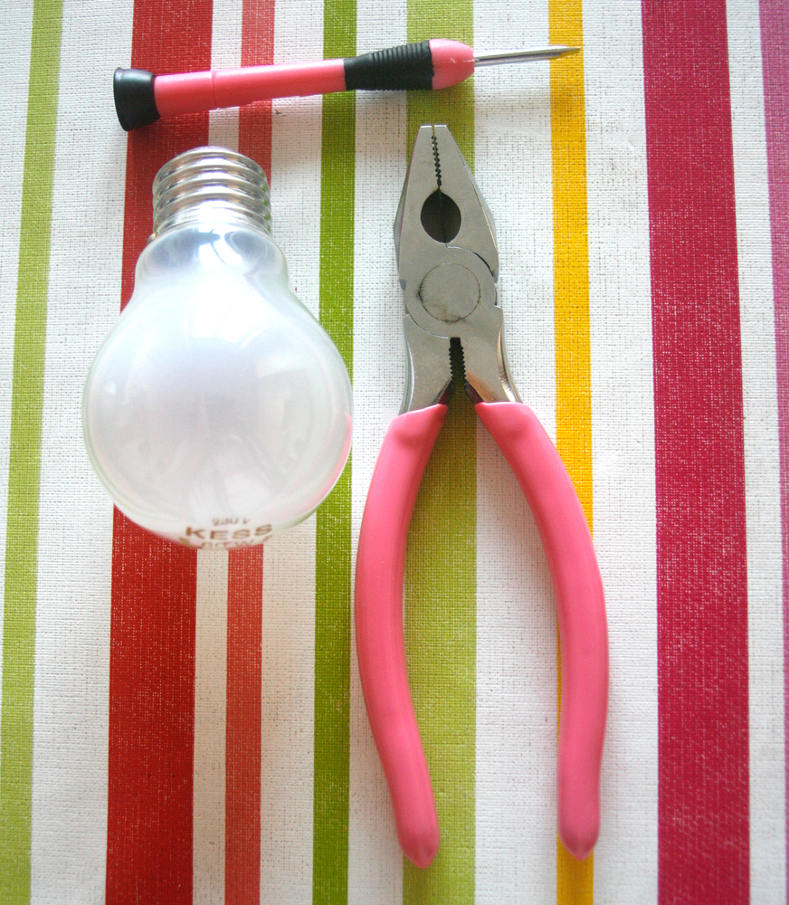 How to hollow out a light bulb (1/6)